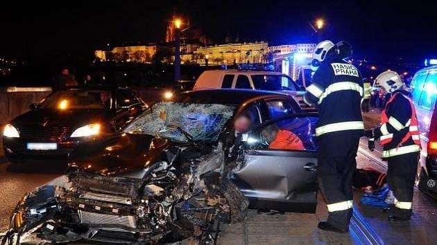 Jednotky HZS Praha likvidovaly následky dopravní nehody osobního automobilu, které srazilo dva chodce do Vltavy.