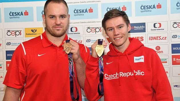 Pavel Maslák a Tomáš Staněk po příletu z halového šampionátu před třemi lety