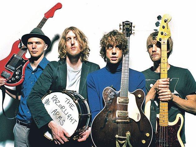 Razorlight. Britská kapela vydala své třetí album Slipway Fires, kde se víc soustředí na písničkářskou stránku hudby a na pestřejší aranžování.