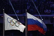 Popis fotky: Olympijská a ruská vlajka - Olympijská a ruská vlajka na závěrečném ceremoniálu ZOH v Soči (snímek z 23. února 2014).     Lausanne (Švýcarsko) - Rusko bylo za opakovaná dopingová provinění vyloučeno na dva roky z velkých sportovních soutěží v