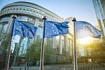 Vlajka Evropské unie proti parlamentu v Bruselu.