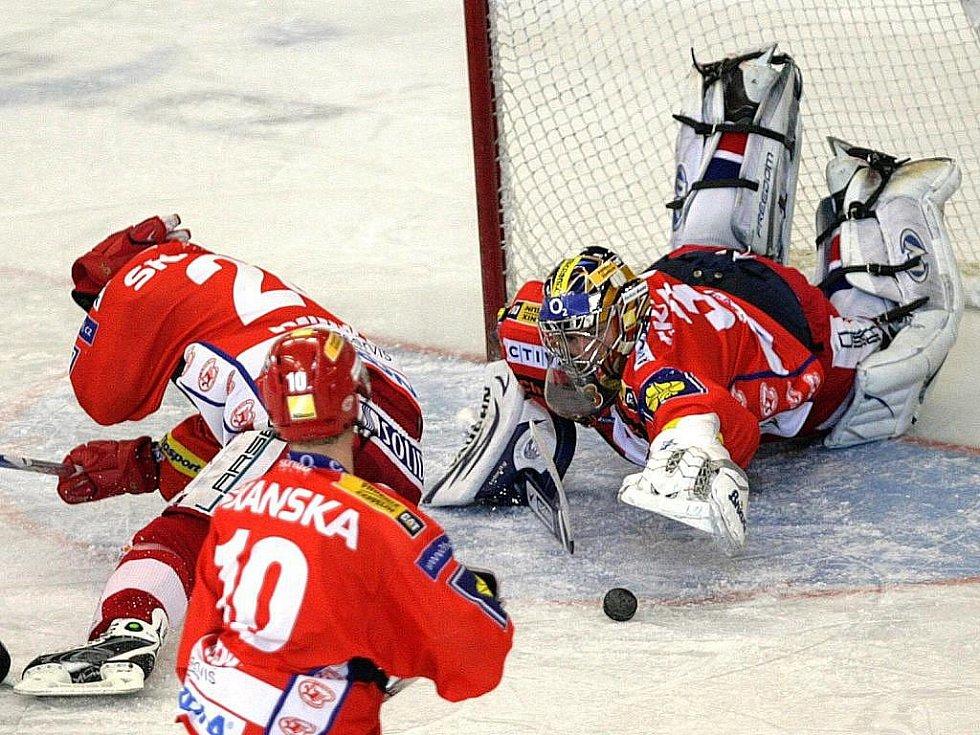 Brankář Milan Hnilička v hokejové Slavii dlouho nezůstal. Vedení pražského klubu s ním ukončilo spolupráci po pouhých třech zápasech, do nichž šestatřicetiletý gólman zasáhl.