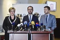 Zleva místopředsedkyně STAN Věra Kovářová, předseda poslaneckého klubu Jan Farský a první místopředseda Vít Rakušan.