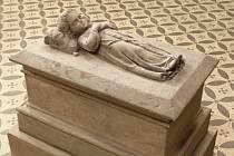 Náhrobek na Malostranském hřbitově, kde odpočívá Anna Degenová, která nešťastnou náhodou zemřela jako tříletá, provází řada legend. Podle jedné byla dcerou malíře Christiana Rubena, zesnulou v dětském věku na tuberkulózu.