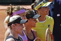 Lucie Šafářová a Bethanie Matteková-Sandsová (vlevo) před finále čtyřhry se svými soupeřkami