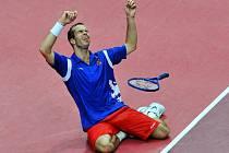 Radek Štěpánek radostí klesl na kolena, tenisový hrdina poslal český tým po třinácti letech do semifinále Davis Cupu.