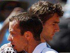 Radek Štěpánek (vlevo) nestačil na Roland Garros na Chorvata Marina Čiliče.