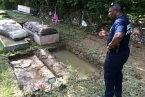 Součástí pátrání je i hledání vyplavených rakví, jejichž zmizení vyvolalo nový šok v řadě rodin, které již měly příležitost se řádně se zesnulými rozloučit.