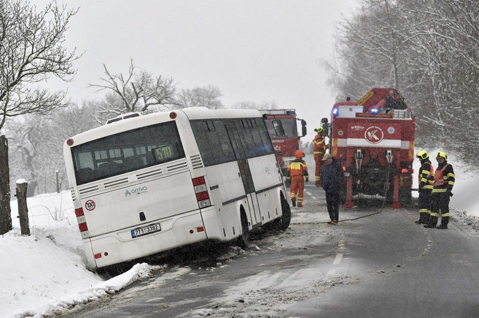 Hasiči vyprošťují autobus, který havaroval 28. února 2020 ráno na silnici třetí třídy v Újezdě na Zlínsku. Ve voze v tu chvíli bylo sedm lidí, nikdo neutrpěl zranění