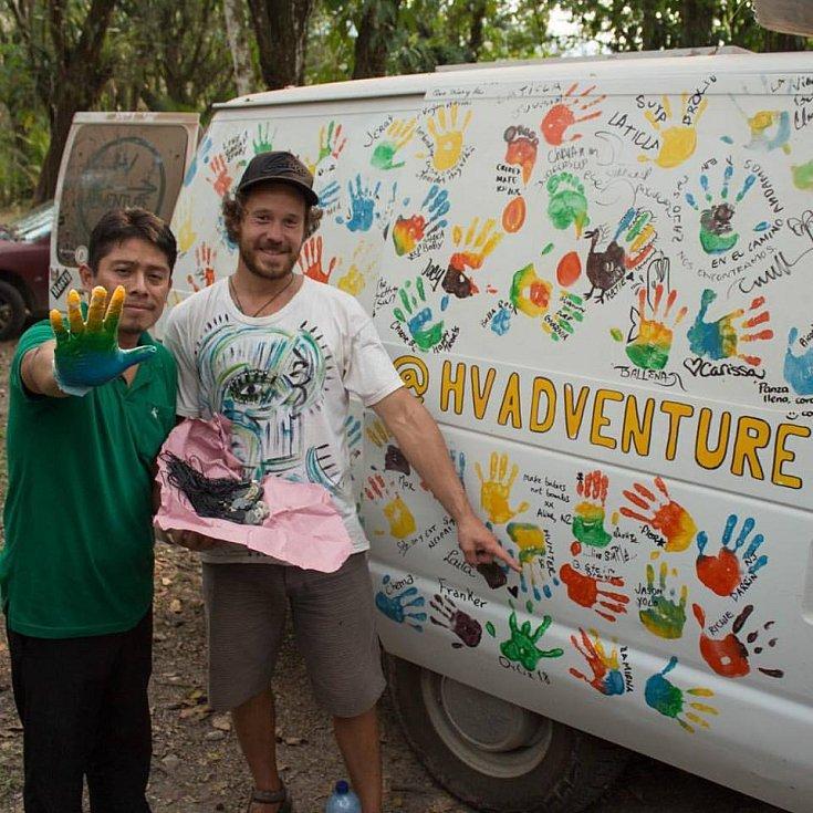S nápadem otisku rukou jsme přišli, když jsme přijeli do Mexika. A teď po 4 měsících máme jednu stranu auta plnou úžasných lidi, kteří nám zanechali svůj příběh a energii, která nás žene dál