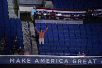 Příznivec Donalda Trumpa na jeho předvolebním shromáždění