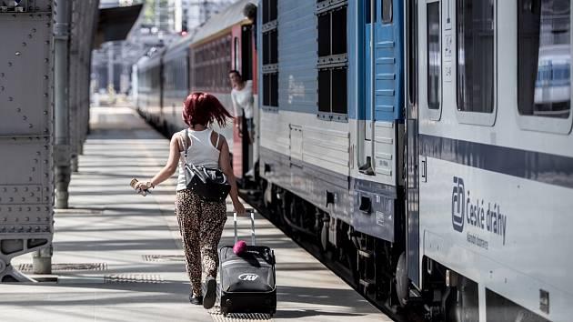 Vlak, České dráhy, vagon, cestující. Ilustrační foto.