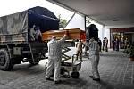 Vykládání rakví z armádních vozidel u hřbitova poblíž Milána, dovezeny byly z oblasti Bergama silně postižené koronavirovou epidemií.