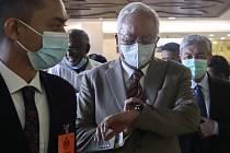 Bývalý malajský premiér Najib Razak (uprostřed) v ssoudní budově v Kuala Lumpuru.