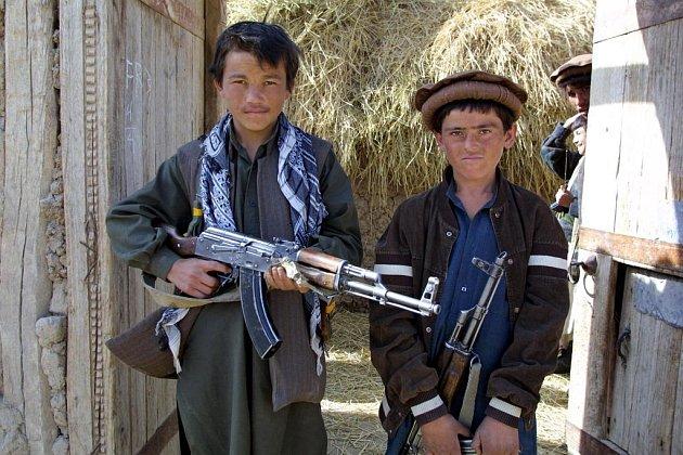 Dětští bojovníci Severní aliance, bojující proti Tálibánu,na archivním snímku z roku 2001. V řadách jejich protivníků bojovali děti také.