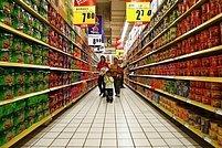 Regály s jídlem v čínském hypermarketu.