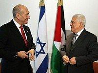 Izrael předsedu palestinské samosprávy Mahmúda Abbáse podporuje. Ulehčením podmínek na Západním břehu Jordánu chce ukázat, že život pod vládním Fatahem je lepší, než v područí radikálního Hamásu.