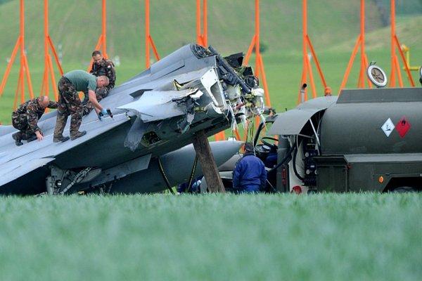 Armáda dnes odpoledne přemístila havarovaný maďarský gripen učáslavského letiště zpole do areálu letecké základny.