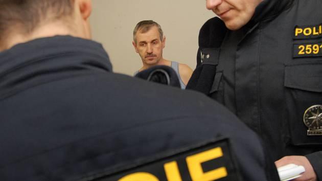 Policie provádí kontrolu v cizinecké ubytovně v Holicích.
