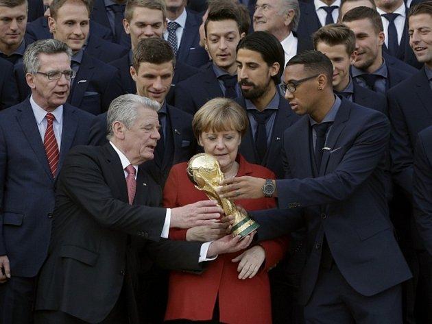 Německý prezident Joachim Gauck (vlevo dole) přijal za přítomnosti kancléřky Angely Merkelové fotbalové mistry světa.