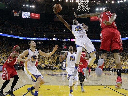 Ian Clark (21) z Golden State se snaží zavěsit, zatímco ho brání Trevor Ariza (1) z Houston Rockets.