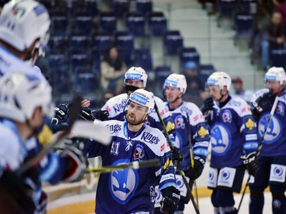 Lukáš Pulpán z Plzně (vpředu) se raduje se spoluhráči na střídačce z gólu proti Liberci.