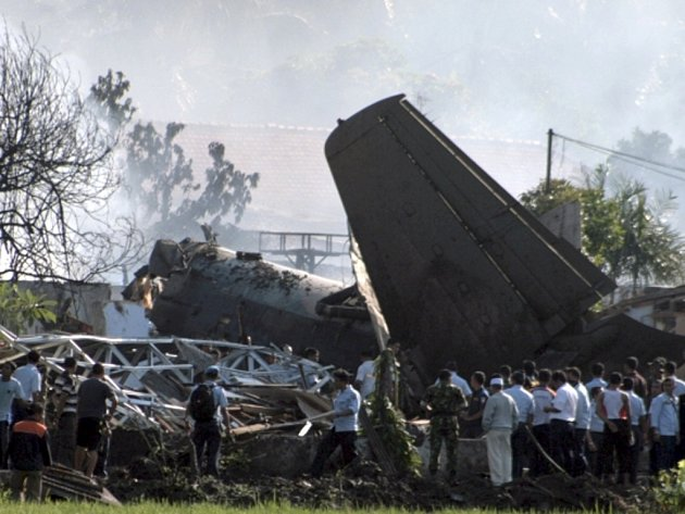 Nejméně devět lidí přišlo dnes pravděpodobně o život při havárii dopravního letadla indonéské armády v metropoli Jakartě.