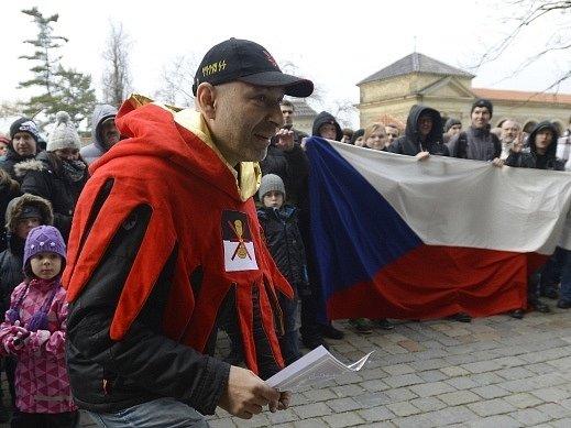 Daniel Landa jako šašek Žito vystoupil na happeningu, který se konal 2. prosince před bazilikou sv. Petra a Pavla na pražském Vyšehradě. Předmětem akce svolané přes sociální sítě bylo zacinkat rolničkami zlodějům a v tichosti se rozejít.