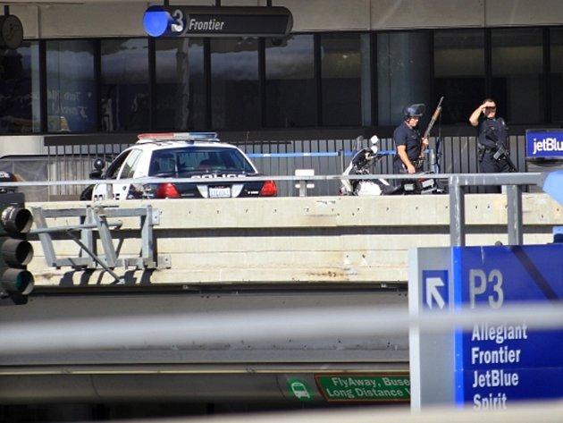 Na mezinárodním letišti v Los Angeles dnes vypukla střelba, při které zemřel člen ostrahy.