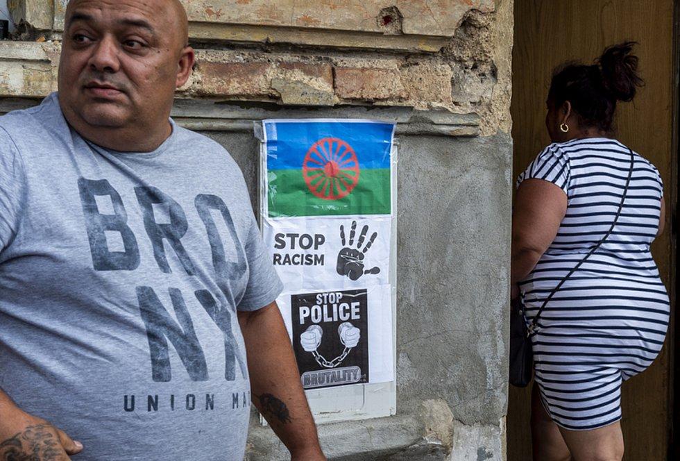 Lidé se 22. června 2021 sešli v ulici U Hřiště v Teplicích na místě, kde zemřel v sanitce muž, proti kterému předtím zasahovala policie. Soudní pitva vyloučila souvislost úmrtí s policejním zákrokem