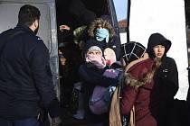 Migranti zadržení řeckými úřady ve vesnici Thurio poblíž řecko-turecké hranice (snímek z 1. března 2020)