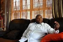 Tlumočník Thamsanqa Jantjie.