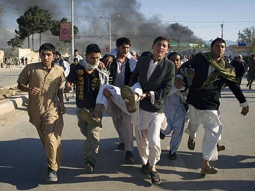 Deset zahraničních zaměstnanců OSN zabil rozlícený dav v severním Afghánistánu při útoku na místní úřadovnu světové organizace.