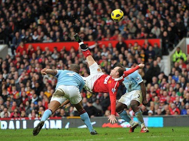 Střelec Manchesteru Unitred Wayne Rooney (v červeném) rozhodl parádními nůžkami derby proti City.