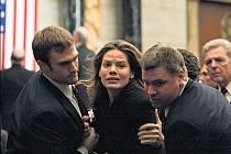 Rachel (Michelle Monaghanová) se po strastiplné pouti lemované mrtvolami konečně dostala ke svému synovi. V Bílém domě je už ale poměrně rušno...