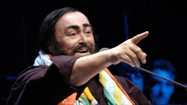 Světoznámý italský tenorista Luciano Pavarotti vystoupil 20. dubna 2005 v Sazka Areně v Praze ve Vysočanech