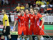 Čeští florbalisté se radují z gólu proti Švýcarsku.