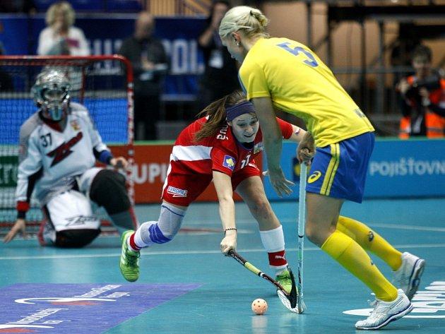 Hana Sládečková (uprostřed) se snaží zastavit útok Anny Wijkové ze Švédska.