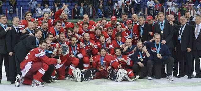 Čeští hokejisté se radují z bronzových medailí na mistrovství světa.