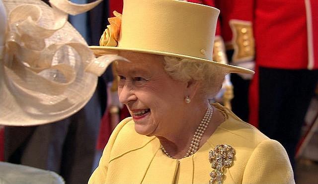 Britská královna Alžběta II. na svatbě ve Westminsterském opatství.