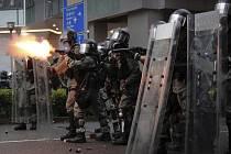 Policie vystřeluje proti demonstrantům v Hongkongu slzný plyn