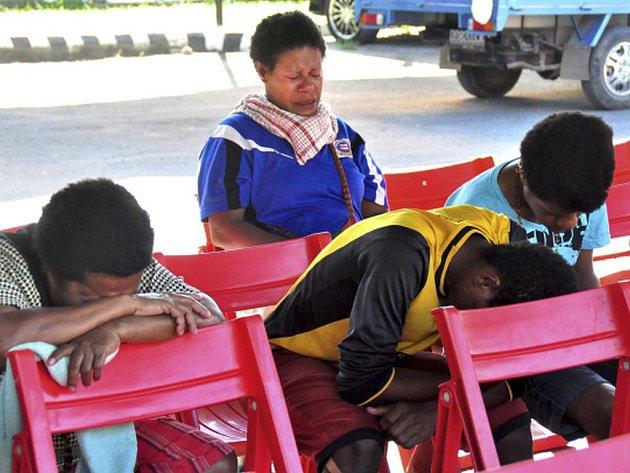 Záchranné týmy našly trosky letadla, které se v neděli zřítilo nad odlehlou indonéskou provincií Papua na ostrově Nová Guinea i s 54 lidmi na palubě. Místo nálezu je asi 12 kilometrů od města Oksibil.
