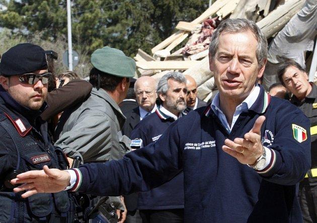 Šéf italské Civilní obrany Guido Bertolaso ve vesnici Onna.