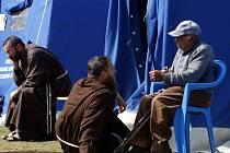 Mniši ve stanovém táboře v městě Aquila.