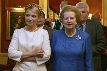 Pro radu, jak se stát premiérkou, přijela do Londýna ukrajinská politička Julia Tymošenková (vlevo). Pomoc jí poskytla bývalý ministerská předsedkyně Margaret Thatcherová.