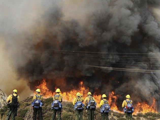 V Kalifornii se opět potýkají s lesními požáry, ve dvou oblastech byl vyhlášen stav nouze.