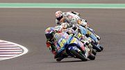 Jakub Kornfeil (vpředu) v v závodu Moto3 motocyklové Velké ceny Argentiny