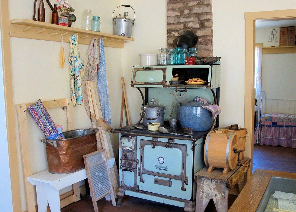 Od počátku dvacátého století se vkuchyni stále více používaly různé ruční šlehače, mlýnky, oblibu si získaly především ty na kávu a na maso.