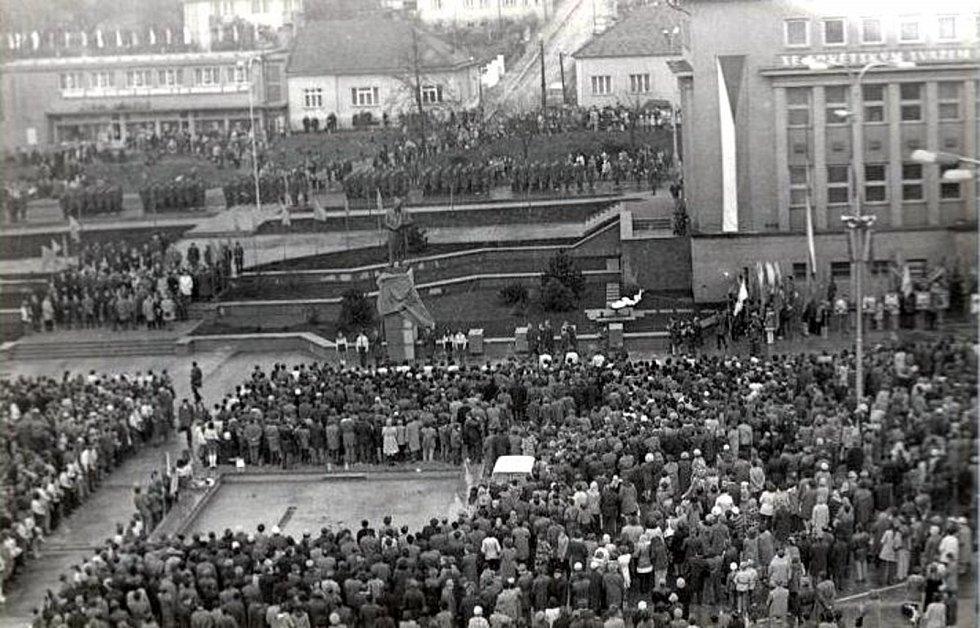 Čtyřmetrová socha Klementa Gottwalda na náměstí v Blansku