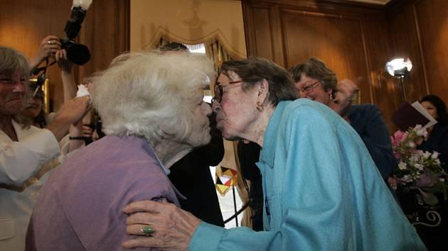 Del Martinová (vlevo) a Phyllis Lyonová během první svatby homosexuálů v Kalifornii.